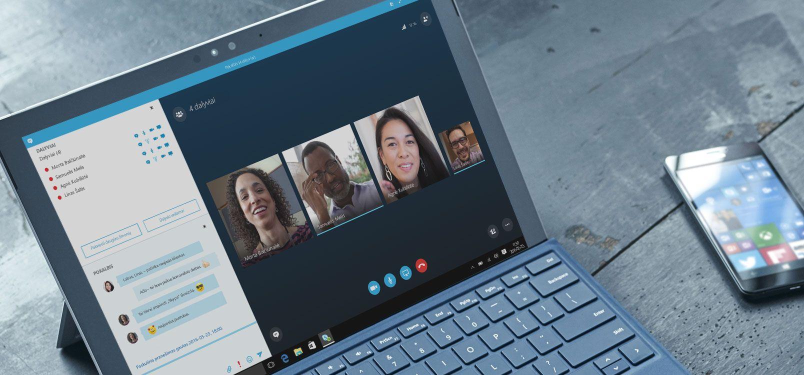 """Moteris, naudojanti """"Office 365"""" planšetiniame kompiuteryje ir išmaniajame telefone, kad galėtų bendradarbiauti dirbdama su dokumentais."""