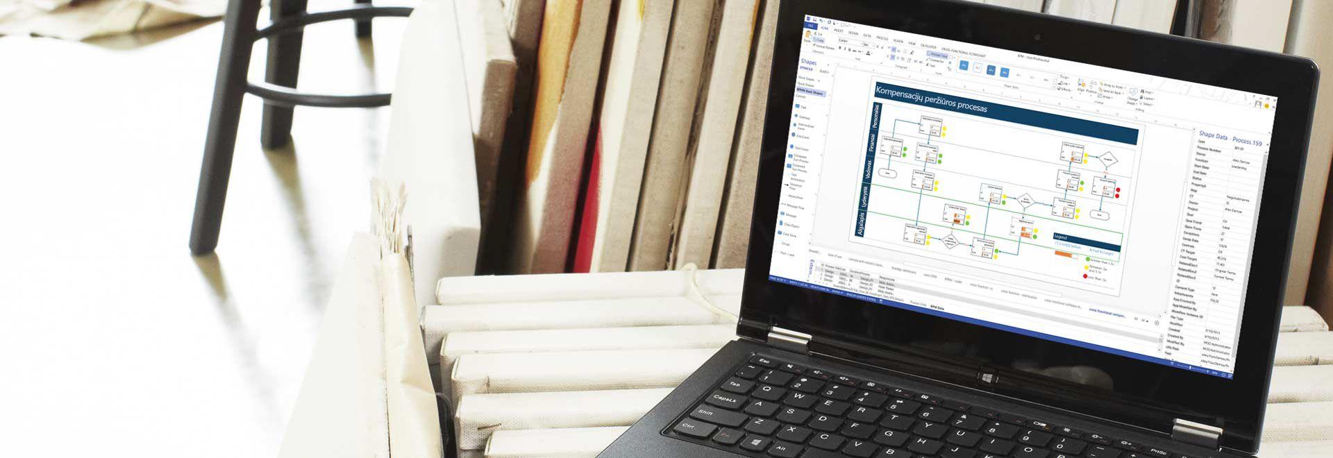 """Nešiojamasis kompiuteris, kuriame matomas proceso darbo eigos diagramos programoje """"Visio Pro for Office 365"""" vaizdas"""