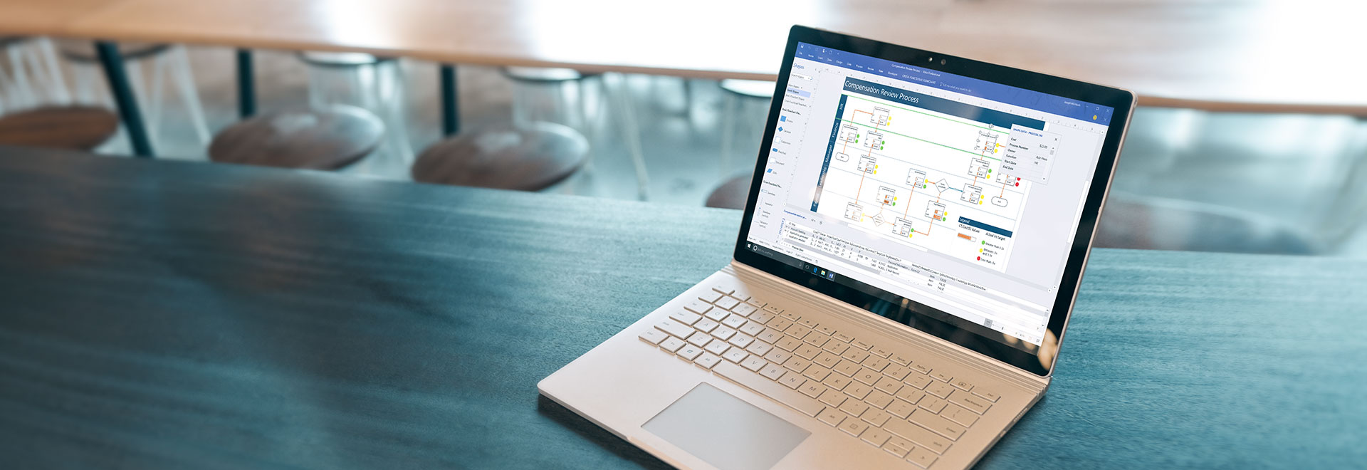 """Nešiojamasis kompiuteris, kurio ekrane rodoma proceso darbo eigos diagrama programoje """"Visio Online Plan 2"""""""
