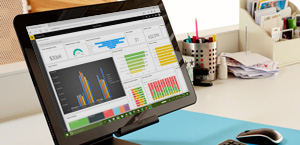 """Stalinio kompiuterio ekranas, kuriame rodoma """"Power BI"""". Sužinokite apie """"Microsoft Power BI""""."""