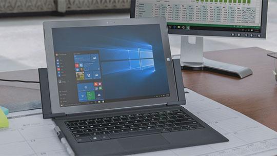 """Kompiuteris, kurio ekrane """"Windows 10"""" pradžios meniu; atsisiųskite """"Windows 10 Enterprise"""" vertinamąją versiją"""