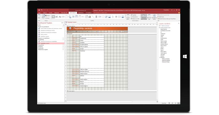 Planšetdators, kurā redzama Access datu bāze
