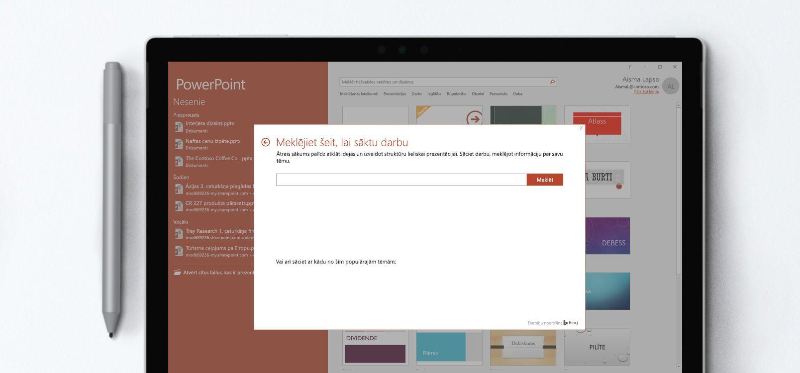 Planšetdatora ekrāns, kurā redzams, kā PowerPoint dokumentā tiek lietots līdzeklis Ātrais sākums