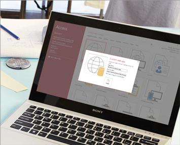 Laptop menunjukkan skrin Aplikasi Web Tersuai dalam Access 2013.