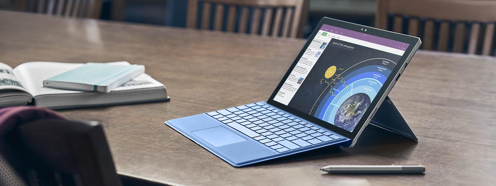 Surface Pro 4 dalam Mod Pro 4 dengan Pen Surface dan tetikus.