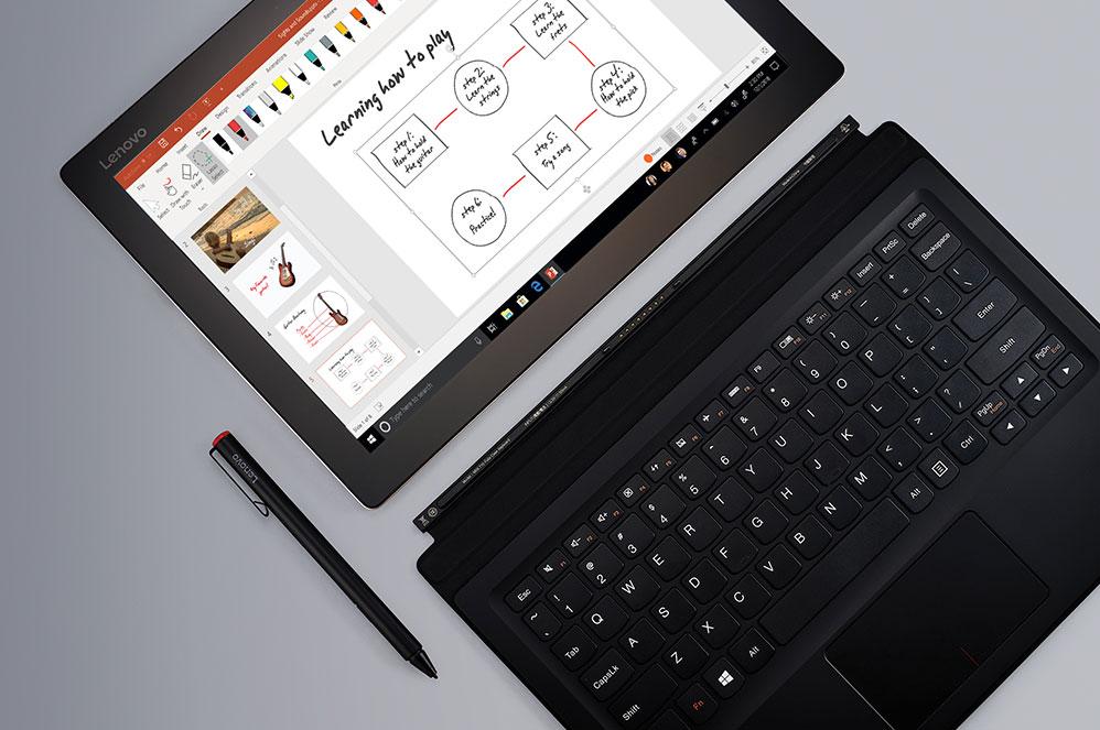 En Windows 10 2-i-1-enhet i nettbrettmodus med penn og frittliggende tastatur og en PowerPoint-presentasjon på skjermen