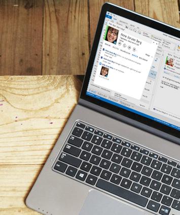 En bærbar datamaskin som viser et åpent vindu med svar på direktemeldinger i Outlook 2013.