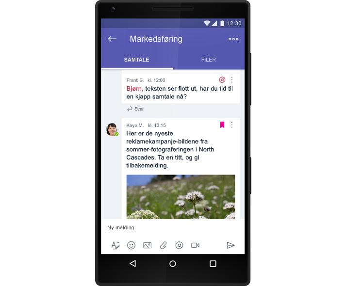 En smarttelefon som viser en gruppe-chatsamtale i Microsoft Teams