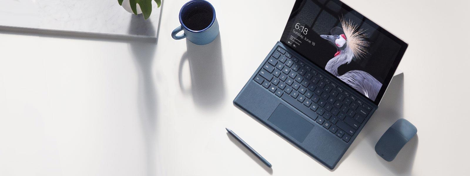 En Surface Pro på skrivebordet