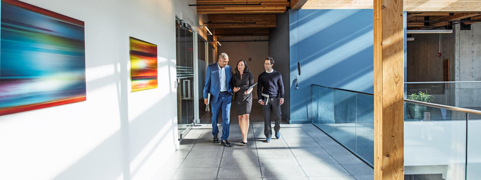 Personer som samarbeider i en kontorkorridor