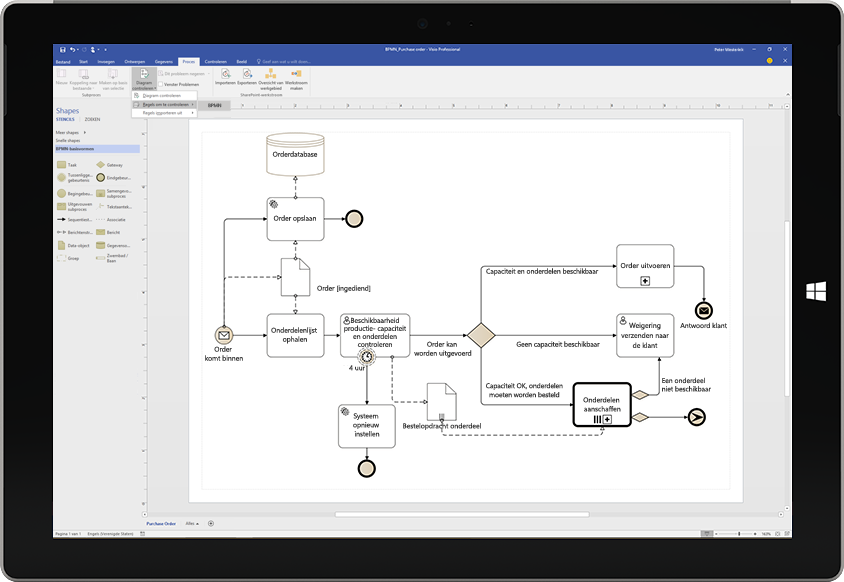 Een Surface-tablet met een procesdiagram in Visio