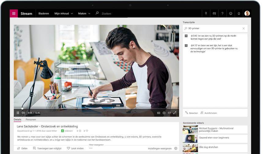 Apparaat dat Stream-video afspeelt van een persoon die aan een bureau werkt met rechts een transcript van de video