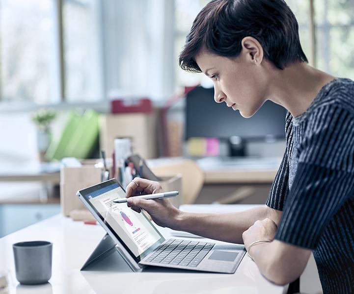 Een tablet met de versiegeschiedenis van een document in Office 365