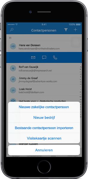 iPhone met een lijst met contacten in de mobiele app van Outlook Customer Manager