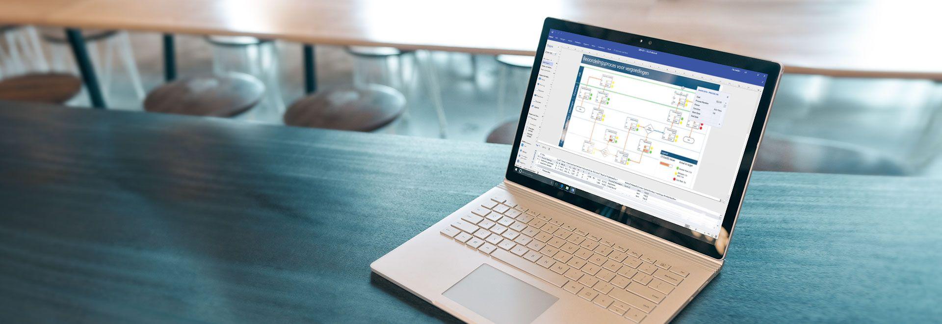 Een laptop waarop een werkstroomdiagram wordt weergegeven in Visio Pro voor Office 365