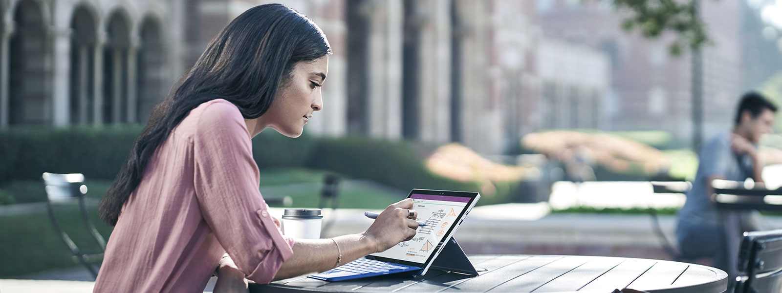 Vrouw die Surface Studio gebruikt om in de kneepmodus in en uit te zoomen met behulp van Pen en touch.