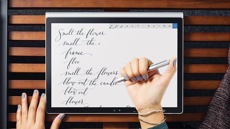 Close-up van vrouw die met Windows Ink op een Windows 10-tablet werkt.