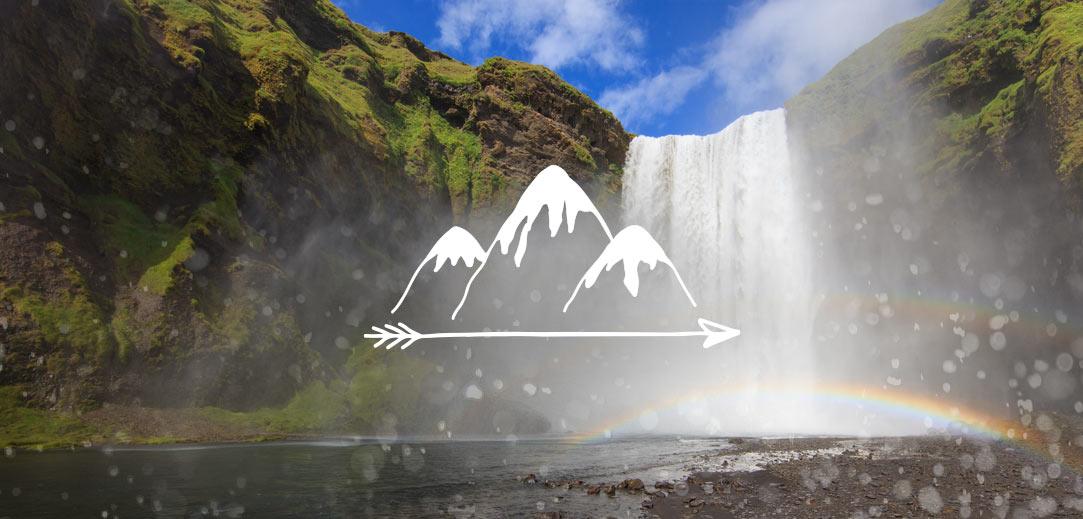 """Een waterval en een regenboog met waterdruppels op de camera en een logo met de tekst """"Nieuwe avonturen maken""""."""