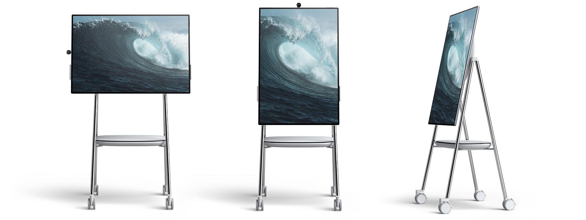 Drie Surface Hub 2-apparaten worden getoond op mobiele rolstandaarden, ontworpen door Steelcase