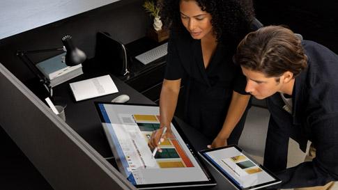 Twee collega's werken samen aan een Surface Studio 2 in studiomodus