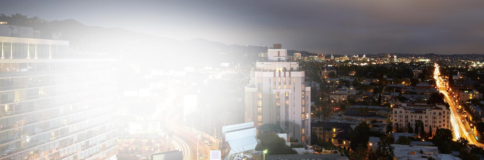Een nachtelijk uitzicht over een grote stad. Lees v