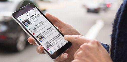 handen op een smartphone waarop SharePoint staat
