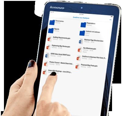 Een vrouw die op een tablet gebruikmaakt van haar bestandsopslag op OneDrive voor Bedrijven en deze deelt.