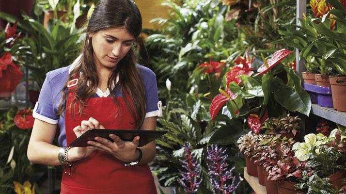 detailhandelmedewerker die een tablet gebruikt