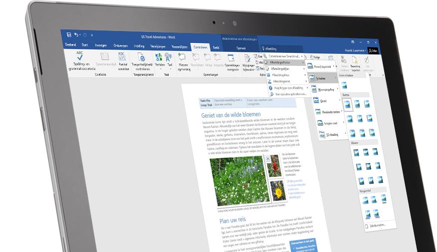 Een Surface-tablet met de Uitleg-functie in een Word-document