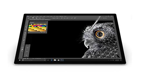 Detail van Surface Studio-scherm met Surface-pen die het scherm aanraakt