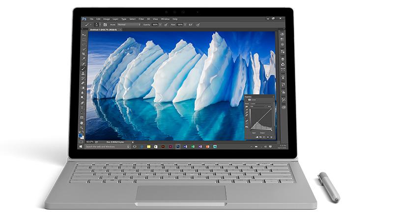 Vooraanzicht van de Surface Book met afbeelding van een ijsberg geopend in Photoshop