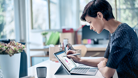Vrouw die op het Surface Pro-apparaat met de Surface-pen werkt