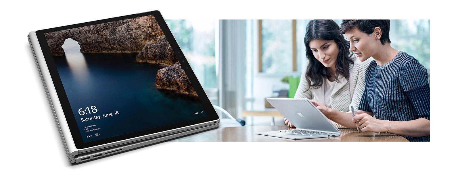 Surface Book in tekenmodus naast een afbeelding van twee vrouwen die op een Surface Book aan een bureau werken