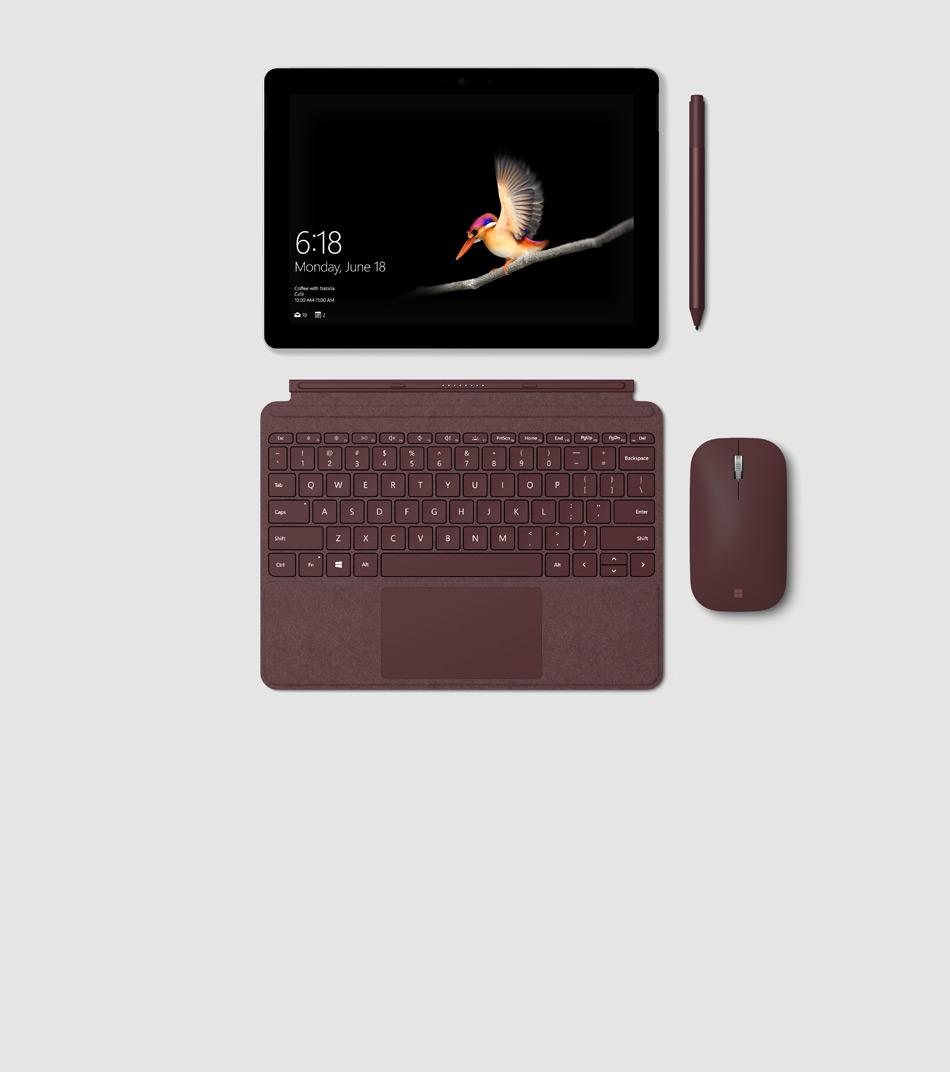 Een wandelende vrouw draagt een Surface Go