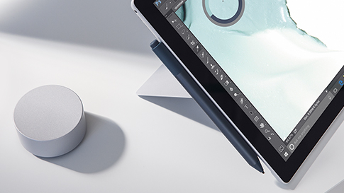 Close-up van de Surface-pen en Surface Dial met Surface Pro