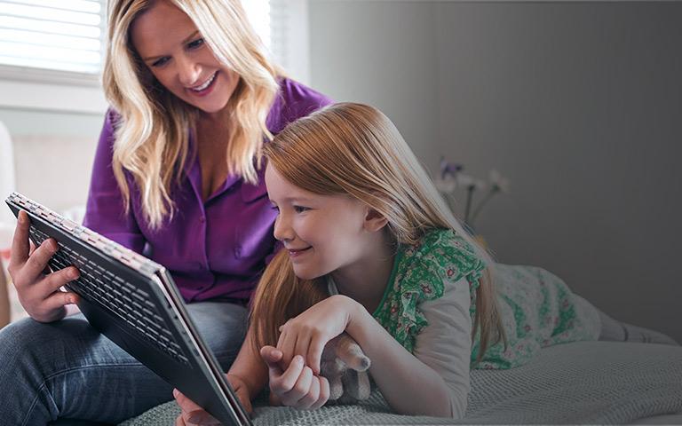 Een vrouw kijkt met haar dochter op een Windows 10-pc