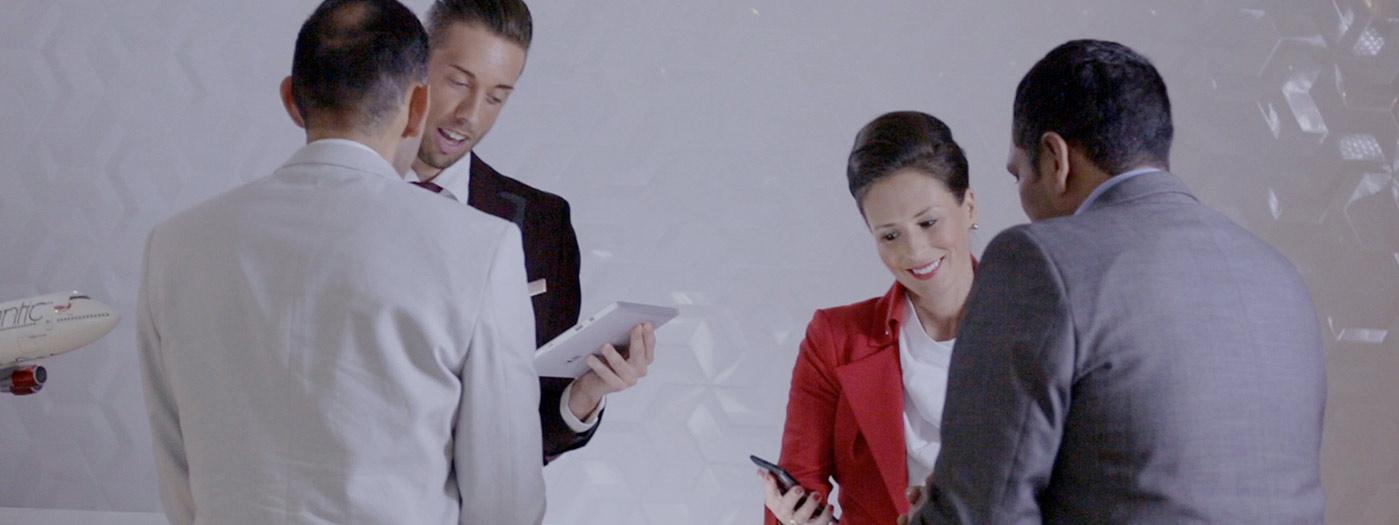 Baliemedewerkers van Virgin America hebben interactie met klanten