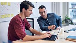 Twee mannen die op een Windows 10-pc kijken