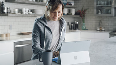 Man met Windows 10-pc in tentmodus