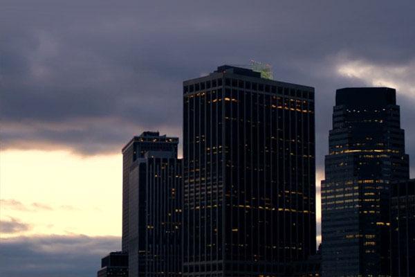 Vooraanzicht van drie gebouwen in het avondlicht