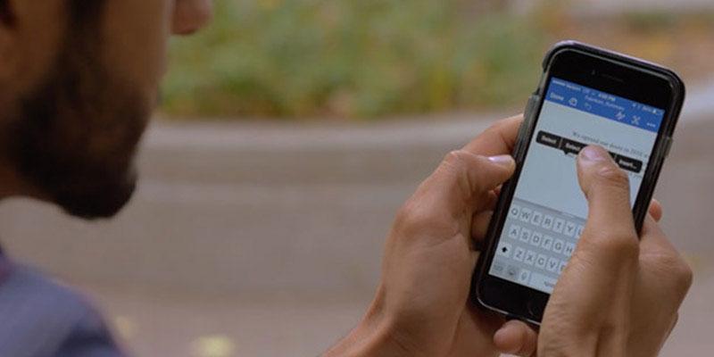 Man tikt met zijn vingers op een telefoonscherm