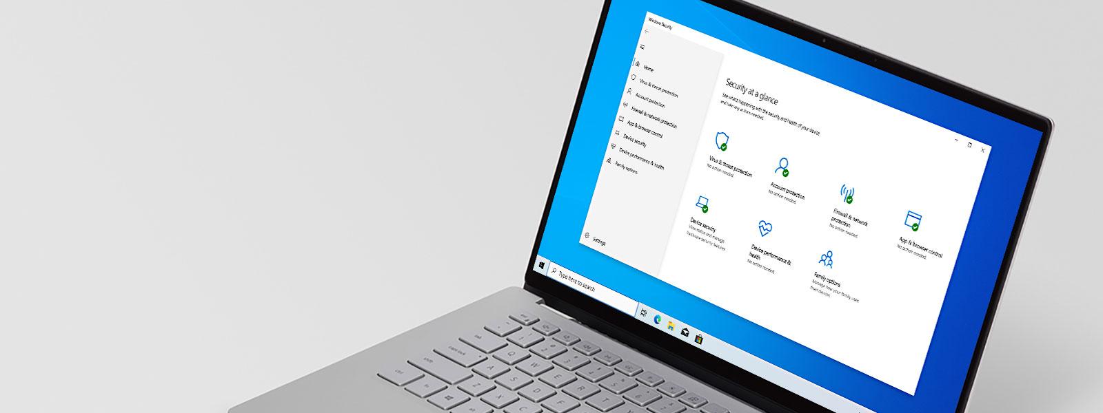 Laptop z systemem Windows 10 z wyświetlonym oknem programu antywirusowego Microsoft Defender