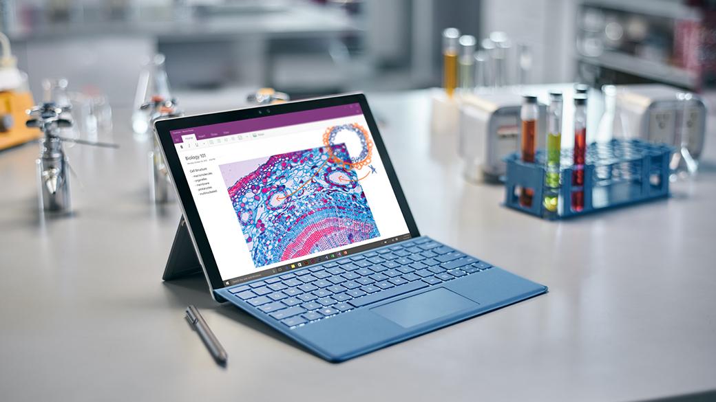 Urządzenie Surface Pro 4 na stole z piórem obok.