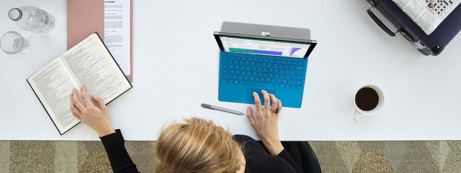 Widok z góry na kobietę piszącą na urządzeniu Surface Pro 4