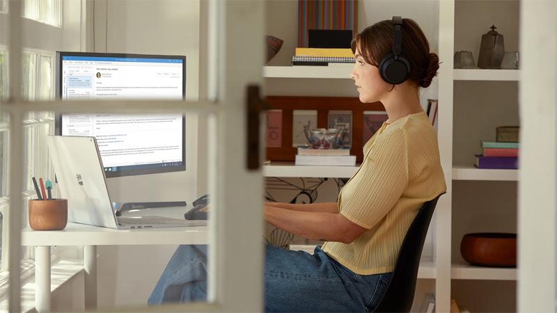 Klienci w sklepie Microsoft Store biorący udział w pokazie możliwości komputera Surface Studio 2 i Surface Book 2 prezentowanym przez specjalistę ds. małych i średnich firm z Microsoft Store