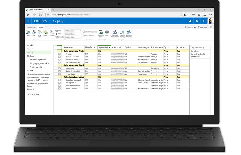 Laptop z wyświetlonymi funkcjami programu Project Server opartymi na programie SharePoint