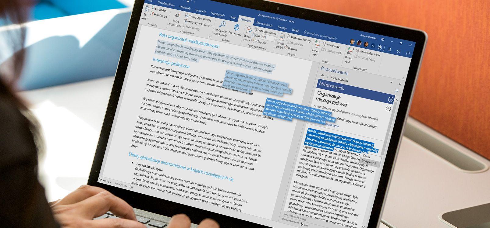 Ekran komputera przenośnego przedstawiający dokument programu Word, w którym jest używana funkcja Poszukiwanie