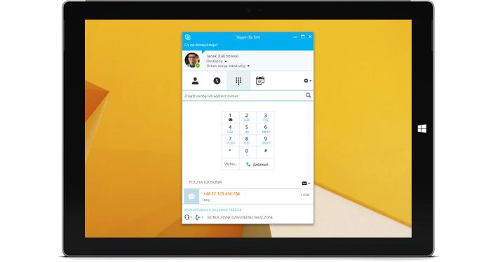 Tablet z systemem Windows, z widokiem wybierania numeru w programie Skype dla firm.