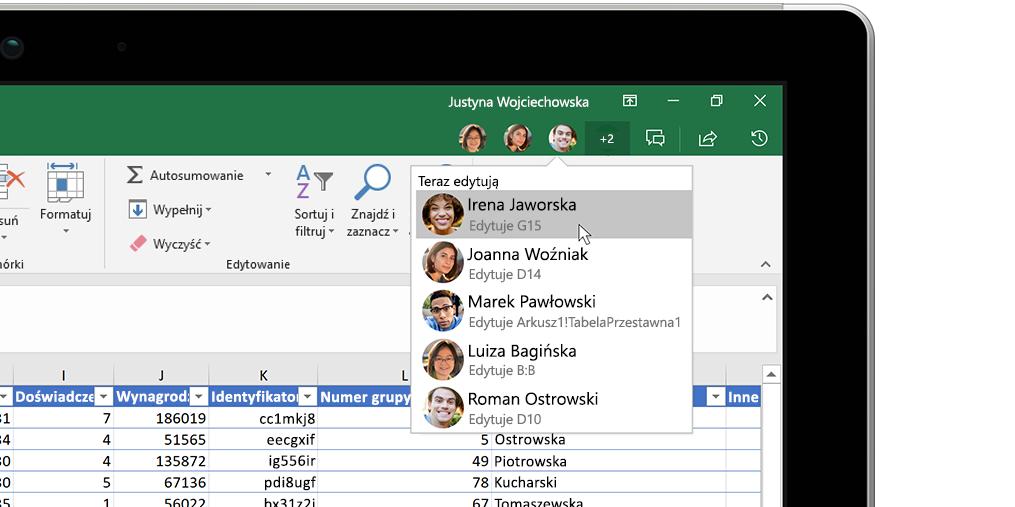 Skoroszyt programu Excel z oknem analiz po prawej stronie