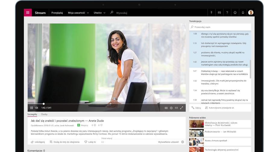 Urządzenie z wyświetlonym klipem wideo w aplikacji Stream, przedstawiającym osobę stojącą w biurowej sali konferencyjnej, i z transkrypcją po prawej stronie